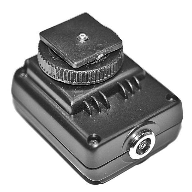 SMDV SM-512 synchrokostka k blesku s ochranou přepětí (středový kontakt)